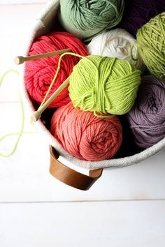 DIY no-sew rope coil basket / alice & lois Yarn Storage, Diy Storage, Storage Baskets, Crafts To Sell, Diy And Crafts, Diy Y Manualidades, Yarn Inspiration, Rope Basket, Space Crafts