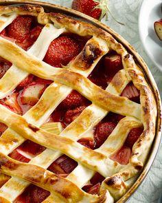Een zalige taart met sappig zomerfruit: aardbeien en rabarber. Serveer met een bolletje vanille-ijs, heerlijk!