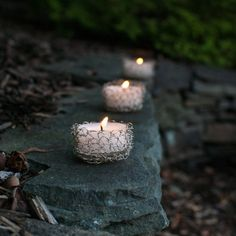 These crochet wire tealight holders are super quick and easy and add a lovely ambiance to any setting ... free pattern too!