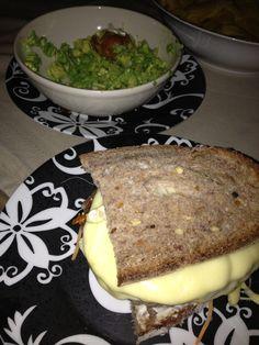 """""""Bocata"""" pan de centeno, hamburguesa y queso"""