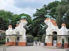 Der alte schöne Haupteingang von Hagenbecks Tierpark. Nach umfassenden Umbauarbeiten befindet er sich jetzt mitten im Tierpark.