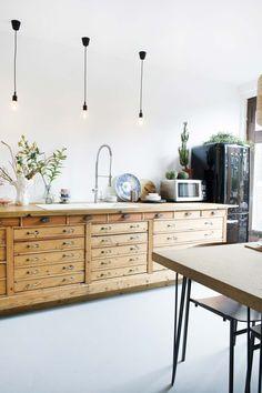 VINTAGE INTERIEUR • Didi en Jordi toverden een vintage toonbank om tot keuken | a kitchen out of a vintage counter | vtwonen 03-2018 | Fotografie Caroline Coehorst | Styling Jeske Weel