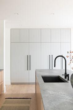minimal kitchen V Panels for bedroom cupboards and kitchen butlers pantry door Interior Desing, Interior Modern, Minimalist Interior, Home Interior, Interior Design Kitchen, Interior Design Inspiration, Minimal Kitchen Design, Minimalist Kitchen, Elegant Kitchens
