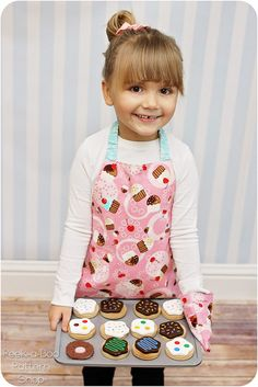 Free apron and oven mitt pattern! How cute!