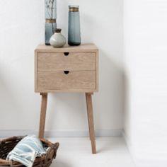 Il mobiletto Hübsch è prodotto in legno di quercia e presenta un design semplice e lineare. Con 2 cassetti. Trova spazio in un qualsiasi angolo della tua casa, dall'ingresso al soggiorno alla camera da letto.