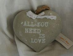 Countryfield Grijs Hart Met Strikje En Tekst All You Need Is Love
