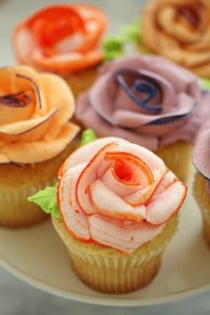 How To Pipe Icing Roses ~ These are beautiful! The contrasting color that tips the petals is one of those easy tricks that takes them from ordinary roses to extraordinary... great tutorial and pictures!
