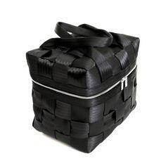 Bauletto: cinture di sicurezza riciclate fodera interna chiusura con cerniera due manici fissi fondo rinforzato