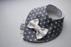 Das attraktive Lätzchen wird aus weichem Jerseystoff, das Futter aus superweichen absorbierende Material hergestellt. Die Krawatte oder Schleife