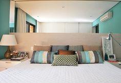 Disposição de móveis, combinações de cores, cabeceiras, criados, enfeites, roupa de cama, tudo isso deve ser levado em conta para deixar o quarto bonito e aconchegante. Quarto de casal pequeno, quarto de casal grande, quarto de casal moderno, quarto de casal romântico, não importa o estilo. Inspire-se!