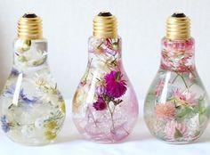 Cette artiste japonaise crée des bouquets de fleurs éternels dans des ampoules
