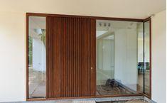 Pivoterende voordeur met afromosiabekleding (buitenkant) House Doors, House Windows, House Entrance, Entrance Doors, House Front, Bungalow, Bean Bag Chair, Facade, House Plans