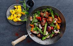 Wok med mørbrad, rejer & mangosalat