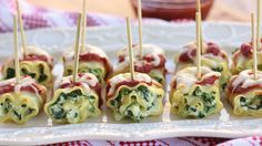 Mini Spinach Lasagna Roll Ups. Prepare this classic comfort food to turn your normal reception into a fun appetizer or party food. Cut the spinach lasagna roll ups into pieces and use toothpicks to poke them through. Mini Lasagne, Spinach Roll Ups, Spinach Lasagna Rolls, Spinach Ricotta, Queso Ricotta, Cheese Lasagna, Holiday Appetizers, Appetizer Recipes, Party Appetizers