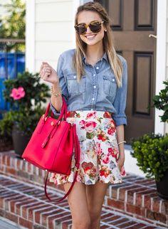 Look romântico com camisa jeans e minissaia floral.