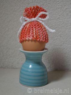 Dit patroon van een eiermutsje is gebreid van rechte steken. Het is ook een leuk breipatroon voor kinderen om te breien. Eenvoudig en snel klaar. Ideaal voor restjes wol.