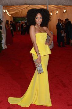 Solange Knowles perfecta de pies a cabeza en un vestido straples, amarillo vibrante de Rachel Roy. #MetGala2012