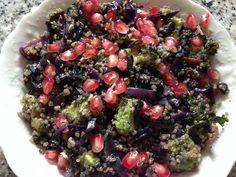 Quinoa au choux rouge, avocat, grenade, kale et spiruline