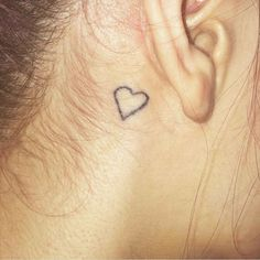 Tatuaje de un corazón detrás de la oreja de Calack.