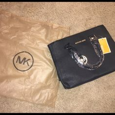 Micheal Kors Black Handbag Micheal Kors Best quality unauthentic bag , really really nice bag , with tag and wrapping still in it , comes with dust bag! Not real! Michael Kors Bags Shoulder Bags