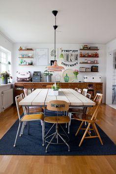 Stina och hennes familj har ett härligt hem fyllt med kreativa saker och loppisfynd. Stina är verkligen drottningen av coola second hand ...