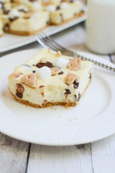 S'mores Cheesecake Bars – delicious chocolate chip cheesecake bars topped with marshmallows, graham crackers, and Hershey's bars! Great Desserts, Best Dessert Recipes, Frozen Desserts, Sweet Recipes, Delicious Desserts, Yummy Food, Bar Recipes, Chocolate Chip Cheesecake Bars, Frozen Cheesecake