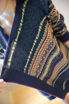 毛糸のセーターのゆったりする長袖のニットのシャツの不規則な民族風の肩掛けのアウター