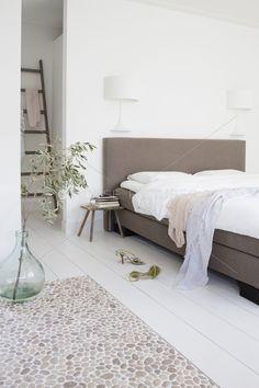 Bedroom. Vase. White. Slaapkamer. Wit. Ladder.