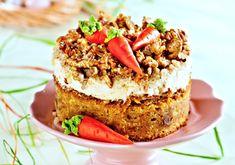 Nadýchaný pečený dortový korpus potřený krémem z mascarpone vyšlehaného se smetanou se ztužovačem, ozdobený vlašskými ořechy a marcipánovými mrkvemi.