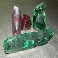 """Александрит Александрит - уникальный во всех отношениях драгоценный камень-хамелеон. О нём говорят: """"Утром он изумруд, вечером - рубин"""", потому что при дневном освещении он имеет насыщенный зеленый цвет, а при искусственном меняет его на красный. В природе встречается крайне редко."""