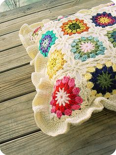 Lovely granny square pillow with a ruffled edging. Simple free pattern.