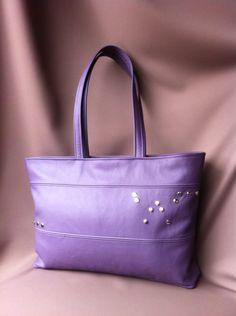 Handgemaakte shopper van paars leer gevoerd met lichte binnenkant voorzien van handig ritsvak.