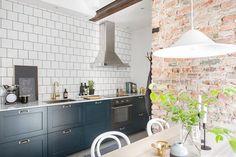 Ett kök med (enligt mig) den perfekta blå färgen ↑ Köket ligger i en vacker sekelskiftestvåa i Linnéstan Gbg som nu är till salu hos Alvhem mäkleri. Det blå tillsammans med 15×15 kak