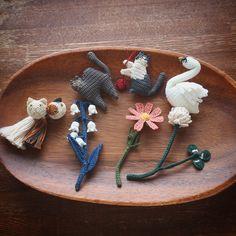 いいね!504件、コメント17件 ― みっちょんさん(@_micchonnnnn_)のInstagramアカウント: 「楚坂有希さんの『刺繍糸で編む花と鳥と ときどき猫の小さなアクセサリー』から、数点作りました🐱💐❤️ 刺繍糸を2本取りにして、8号のレース針で編んでいくというもの。…」