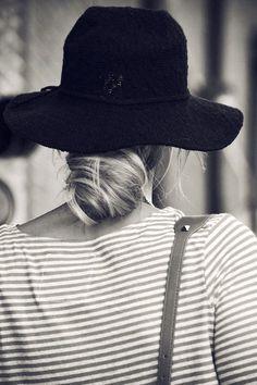 Chapeau mou noir + marinière + chignon bas = le bon trio !