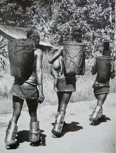 Bakutu – Frauen mit konga Beinstulpen. Stulpenöffnung vor dem Schienbein getragen; Knöchelpolster. (Foto von Lamote aus Office de l' Information du Congo Belge, 1958; Provinz : Equateur, Region : Tshuapa, Zone: Boende)