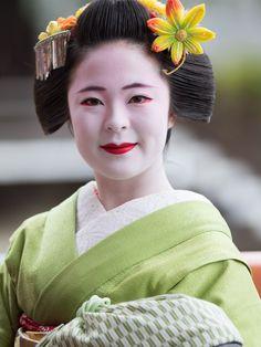maiko 舞妓 Gion Kobu 祇園甲部 Katsuhina 佳つ雛 KYOTO JAPAN