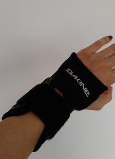 À vendre sur #vintedfrance ! http://www.vinted.fr/mode-femmes/protections/55037867-protections-poignets-pour-snowboard-noires-dakine-neuves