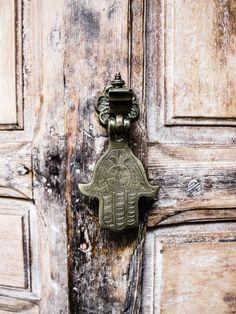 Hamsa, on a georgeous door Knobs And Knockers, Door Knobs, Door Handles, Old Doors, Windows And Doors, Photo D Art, Hand Of Fatima, Main Door, Wabi Sabi