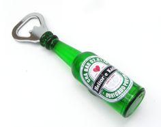 Muito utilizado em festas com tema bar, ou chá de bar/cozinha. Uma lembrancinha útil, moderna e super fofa <br> <br>Abridor de Garrafa com ímã personalizado Heineken