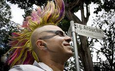 27/jan/2013 - BRASIL - SÃO PAULO - BAIRRO do AROUCHE - Público GLBT se diverte durante apresentação do bloco carnavalesco Banda do Fuxico, no Largo do Arouche, centro da capital. By FSP.