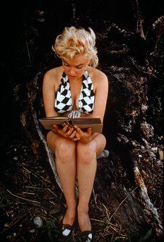 Marilyn MONROE reading James Joyce. 1955.(via 24hoursinthelifeofawoman and Mudwerks)