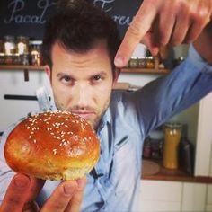 Hogy készül a tökéletes házi hamburger buci? Mi a titka egy valódi hamburger húsnak? Mi az ultimate hamburger szósz?