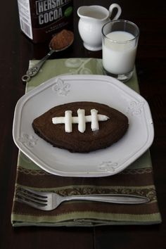 7 Football-shaped Foods for the Super Bowl Football Food, Football Stuff, Alabama Football, Football Shirts, Chocolate Pancakes, Edible Food, How To Eat Better, Game Day Food, Cooking With Kids