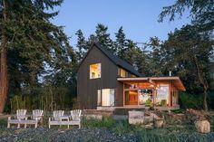 En la isla Orcas se levanta esta cabaña de madera diseñada por Heliotrope Architects.... perfectamente integrada en el entorno natural...