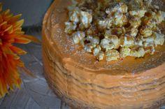 bolo de noz com cobertura de creme mascarpone e pipocas com caramelo salgado