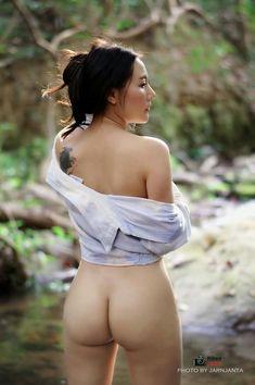 Rasierte fotze der masseurin muss massiert werden