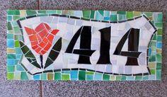Numeral em mosaico. Tons verdes e tulipa laranja.