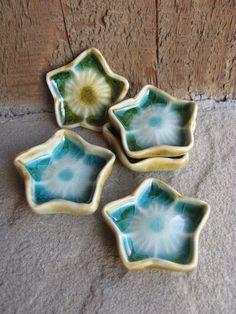 Tiny Porcelain Flowers Glazed in Aqua Blue Set of 5 by liciapfadt Glass Ceramic, Ceramic Clay, Ceramic Plates, Ceramic Pottery, Pottery Art, Clay Art Projects, Ceramics Projects, Pottery Tools, Pottery Classes