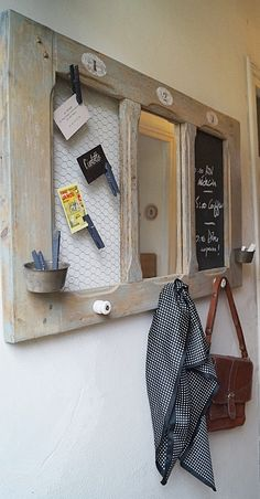 PIECE UNIQUE ! Ancienne fenêtre d'escalier détournée 3 panneaux numérotés au pochoir / 1 pêlemêle grillage à poule 2/ miroir 3/ tableau noir – 2 petits moules
